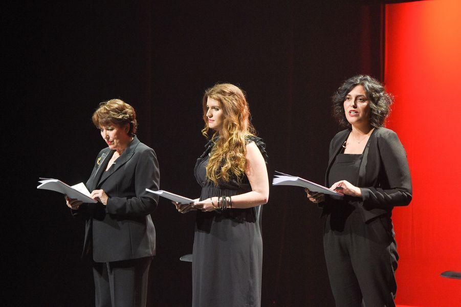 """Roselyne Bachelot, Marlène Schiappa et Myriam El Khomrisur la scène de Bobino pour une lecture des """"Monologues du vagin""""."""