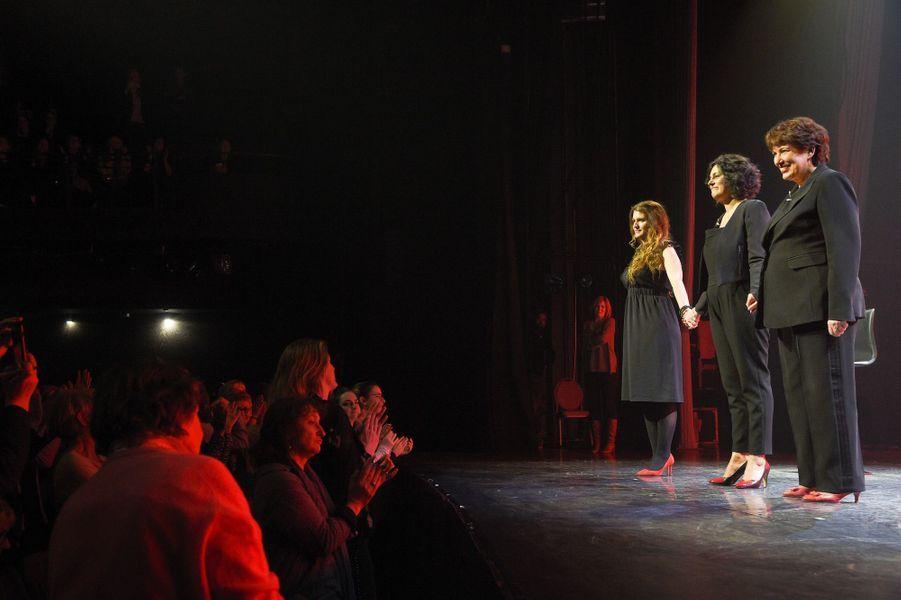 """Marlène Schiappa,Myriam El Khomri etRoselyne Bachelotsur la scène de Bobino pour une lecture des """"Monologues du vagin""""."""
