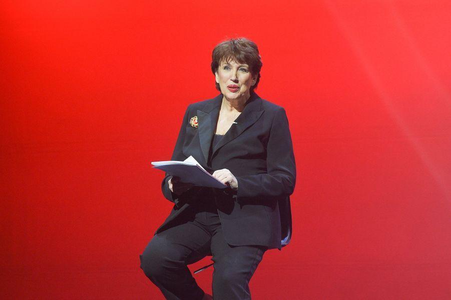 """Roselyne Bachelotsur la scène de Bobino pour une lecture des """"Monologues du vagin""""."""