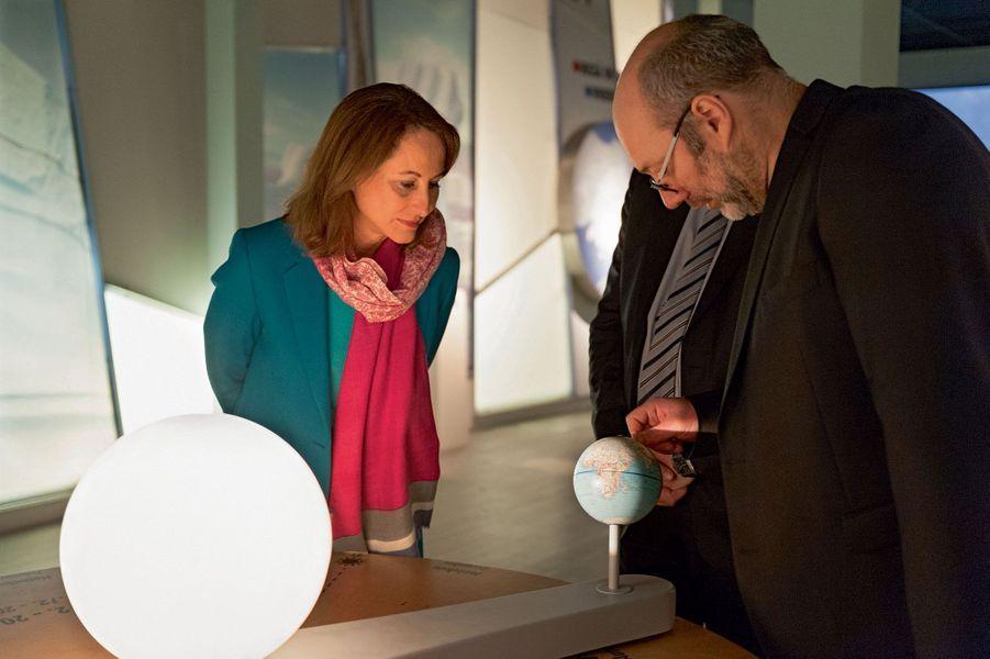 A Rovaniemi, plus au sud, au Centre des sciences arctiques, Ségolène Royal avec le directeur, Nicolas Gunslay.