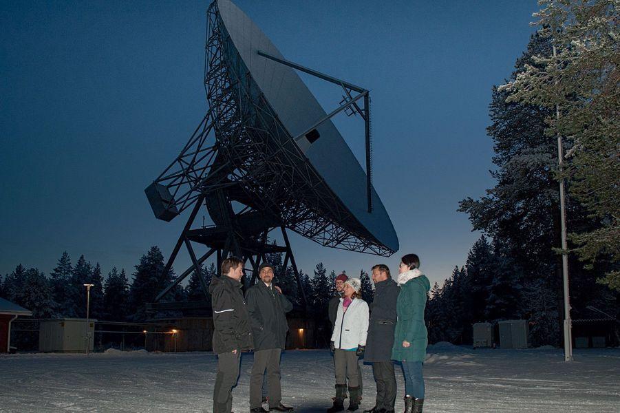 Ségolène Royal devant l'antenne radar du centre de recherche arctique de Sodankylä avec (de g. à dr.) son directeur adjoint Thomas Ulich, l'explorateur Pierre-André Forest et des chercheurs.