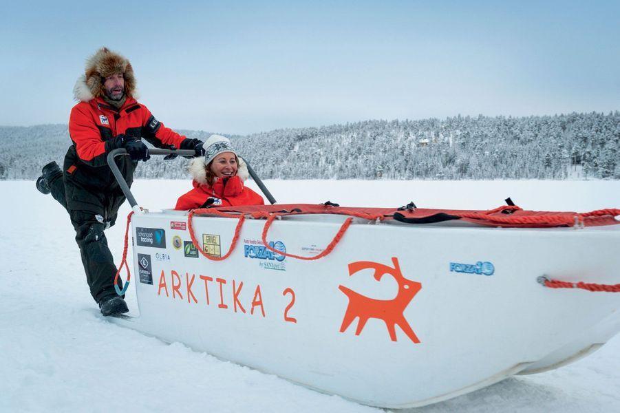 Ségolène Royal avec Gilles Elkaim. Le traîneau d'Arktika 2 est conçu pour flotter sur les eaux.