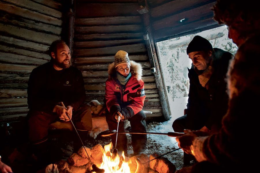 Ségolène Royal déjeune, le 16 novembre, au camp de base, à Ivalo. Au menu : saucisse de renne.