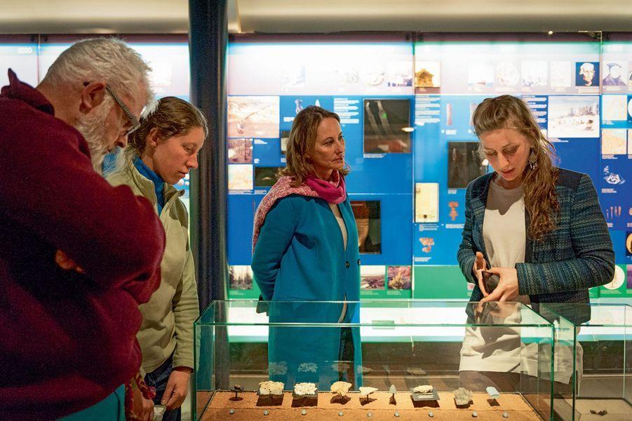 Le 17 novembre à Inari, Ségolène Royal visite le musée de la culture samie.