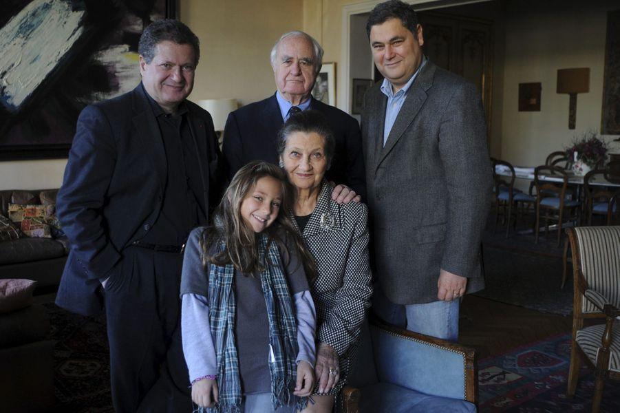 Simone Veil en famille à Paris, en novembre 2008 : elle pose avec ses fils Jean et Pierre-François, son mari Antoine et sa petite-fille.