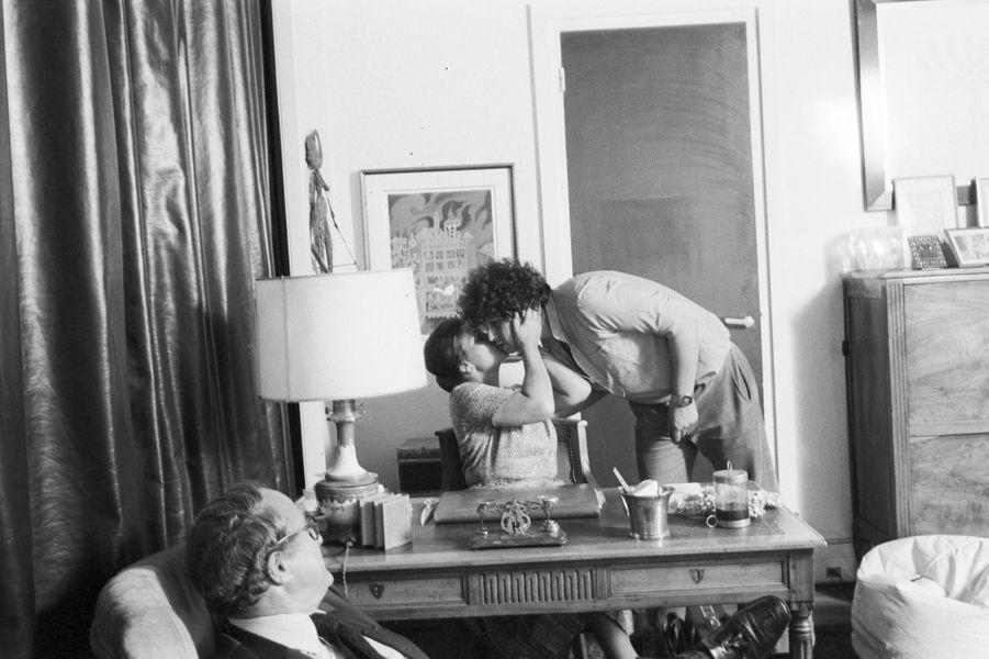 Simone Veil avec son mari Antoine et un de leurs trois fils, chez eux à Paris, en juin 1979.