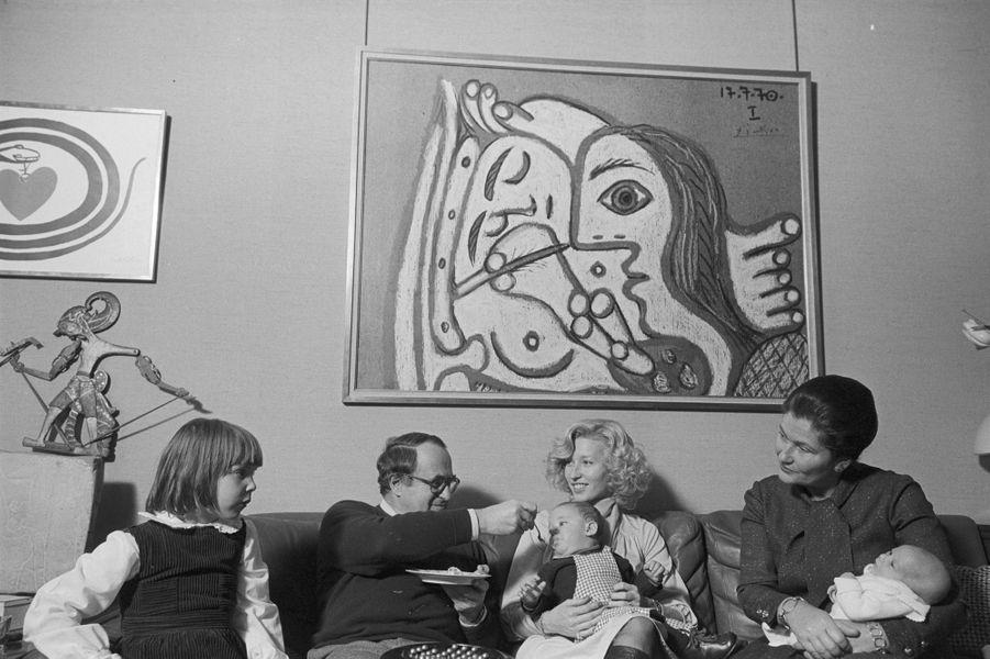 Le 1er janvier 1978 : Simone Veil, alors ministre de la Santé, pose en familleson mari Antoine, ses petits-enfants dont sa petite fille Isabelle, avec le chien Shadok.