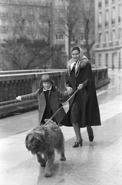 Simone Veil promène à Paris le chien Shadok avec sa petite-fille Isabelle, en janvier 1978.