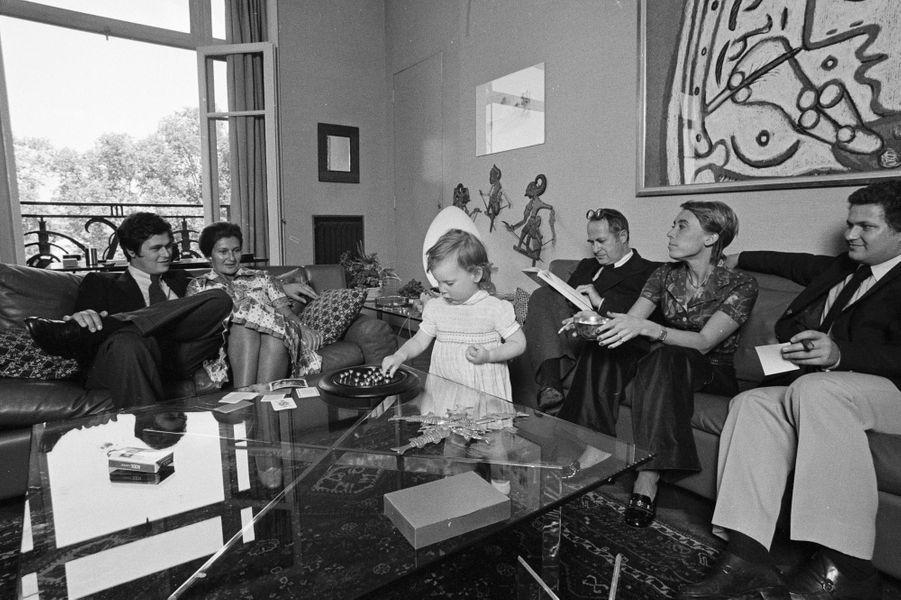 A Paris, le 17 juin 1974, son fils Pierre-François, Simone Veil alors ministre de la Santé, sa petite-fille Isabelle, son mari Antoine, sa belle-fille Catherine, et son fils Jean, en famille, chez elle, assis dans le canapé.