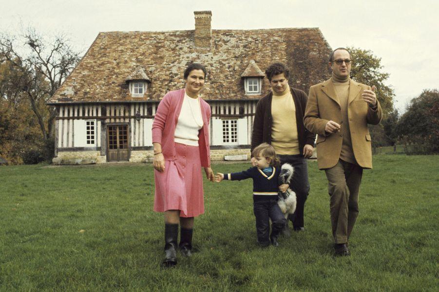 En octobre 1974,Simone Veil, ministre de la Santé se promène avec sa petite-fille, Isabelle, âgée de trois ans, avec son mari Antoine et l'un de leur fils, dans leur propriété de Normandie.