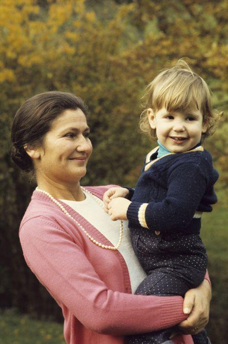 En octobre 1974,Simone Veil, ministre de la Santé se promène avec sa petite-fille, Isabelle, âgée de trois ans, dans leur propriété de Normandie.
