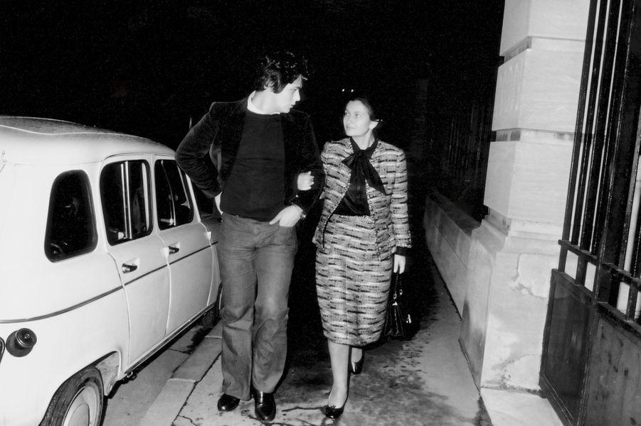 A l'issue du vote, Simone Veil regagne son domicile au bras d'un de ses fils