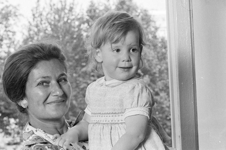 Simone Veil avec sa petite-fille Isabelle à Paris, le 17 juin 1974