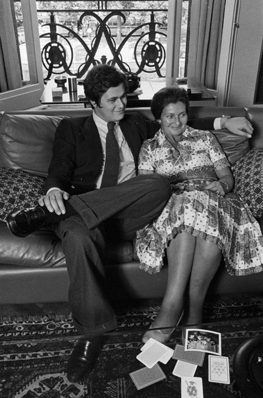 Simone Veil et son fils Pierre-François chez eux à Paris, le 17 juin 1974