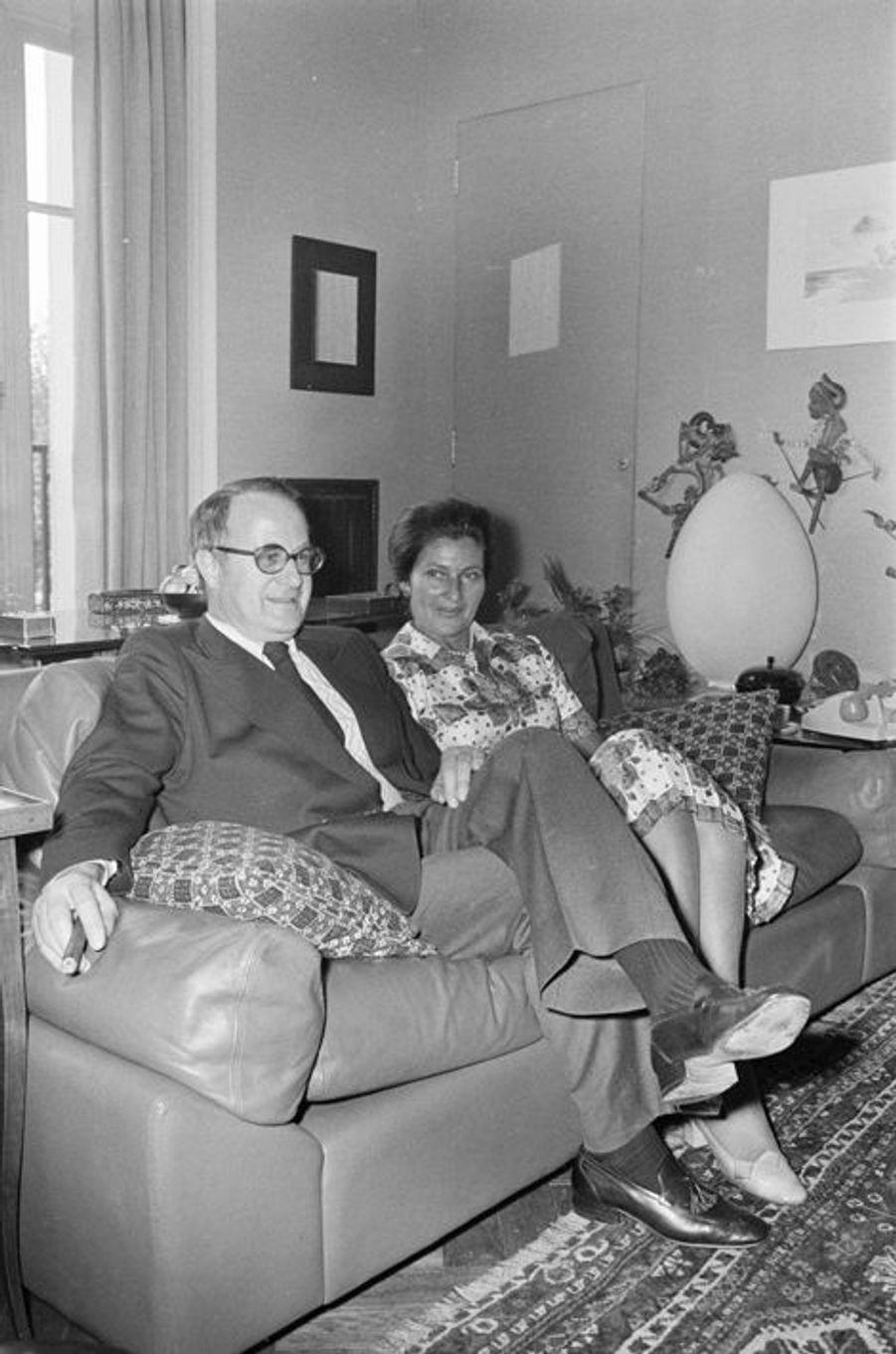 Simone Veil et son mari Antoine chez eux à Paris, le 17 juin 1974