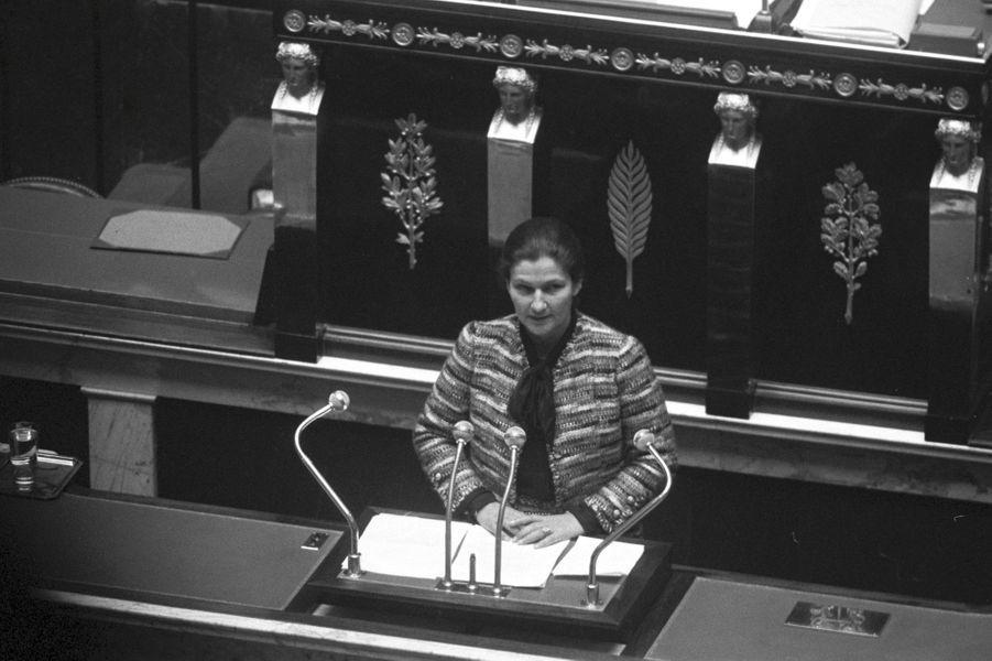 Simone Veil présente le projet de loi sur l'interruption volontaire de grossesse (IVG) à l'Assemblée Nationale
