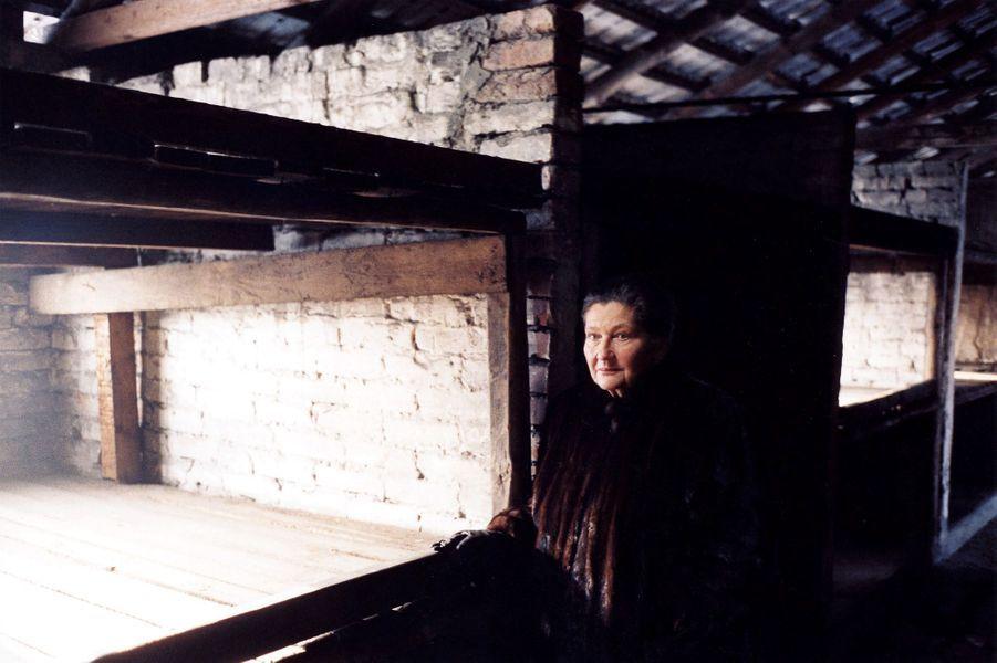 Soixante ans après sa libération, Simone Veil retournedans le camp de concentration d'Auschwitz-Birkenau le 22 décembre 2004.