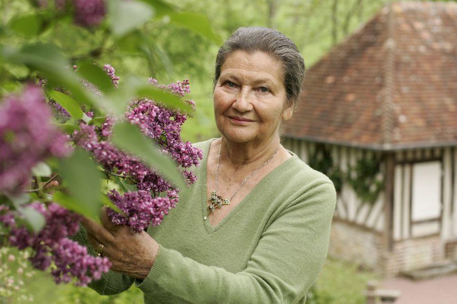 Simone VEIL devant un lilas dans le jardin de sa maison de Normandie en 2005.