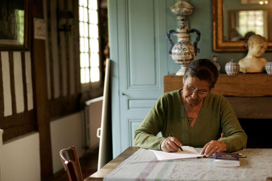 Simone Veil pose pour Match, dans sa maison en Normandie en 2005.