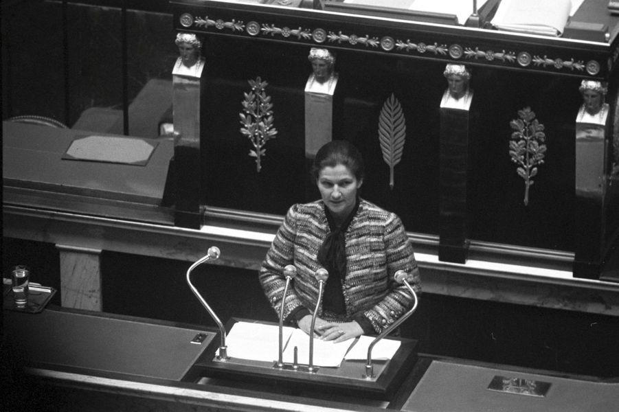 Novembre 1974 - Présentation du projet de loi sur l'interruption volontaire de grossesse à l'Assemblée Nationale.