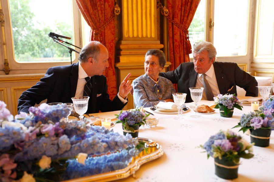 Le 27 juin 2012 au Quai d'Orsay, le ministre des Affaires étrangères, Laurent Fabius, en pleine conversation avec Simone Veil et Alain Delon.