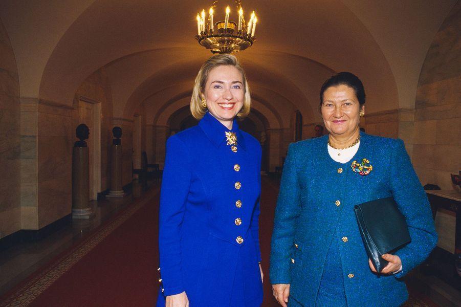 24 octobre 1994, Simone Veil est reçue à la Maison Blanche. Elle pose ici avec Hillary Clinton.