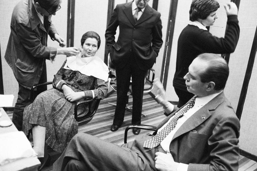 Le 18 mai 1979, avant le débat sur RTL. Elle parle ici avec Jacques Chirac.