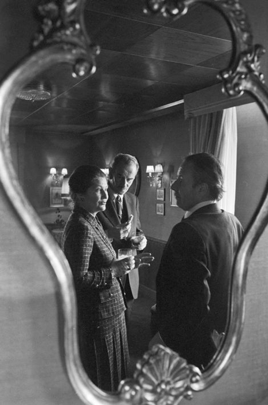 15 janvier 1981, Simone Veil prend un verre en compagnie de Gaston Thorn, président de la Commission européenne.