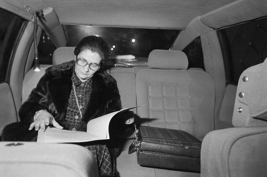 15 janvier 1981, Simone Veil travaille dans sa voiture.