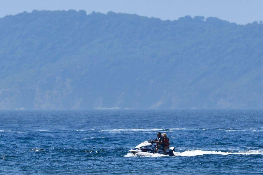 Brigitte Macron à l'arrière d'un jetski au large du fort de Brégançon, dimanche 12 août.