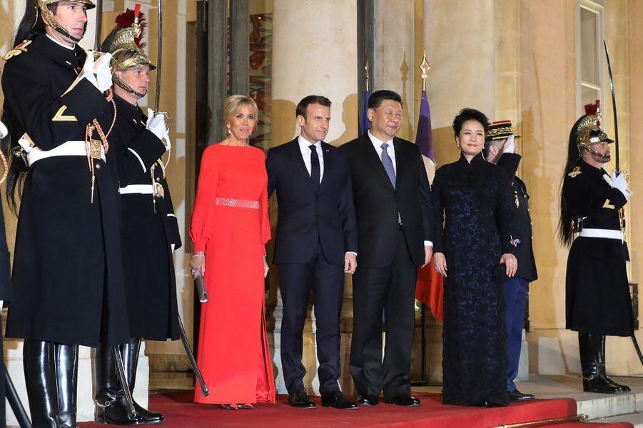 Emmanuel et Brigitte Macron et le couple présidentiel chinois sur le perron de l'Elysée.