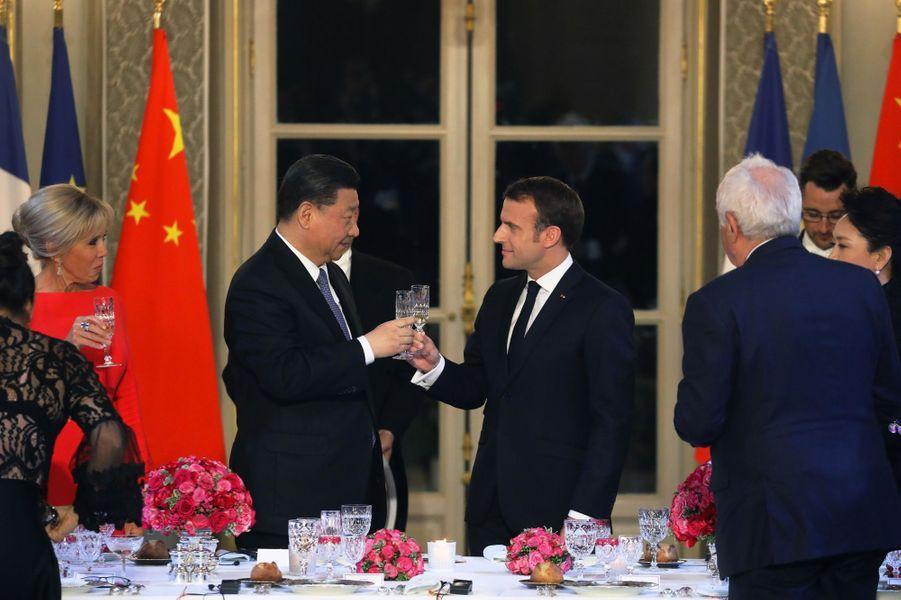 Emmanuel Macron trinque avec Xi Jinping.