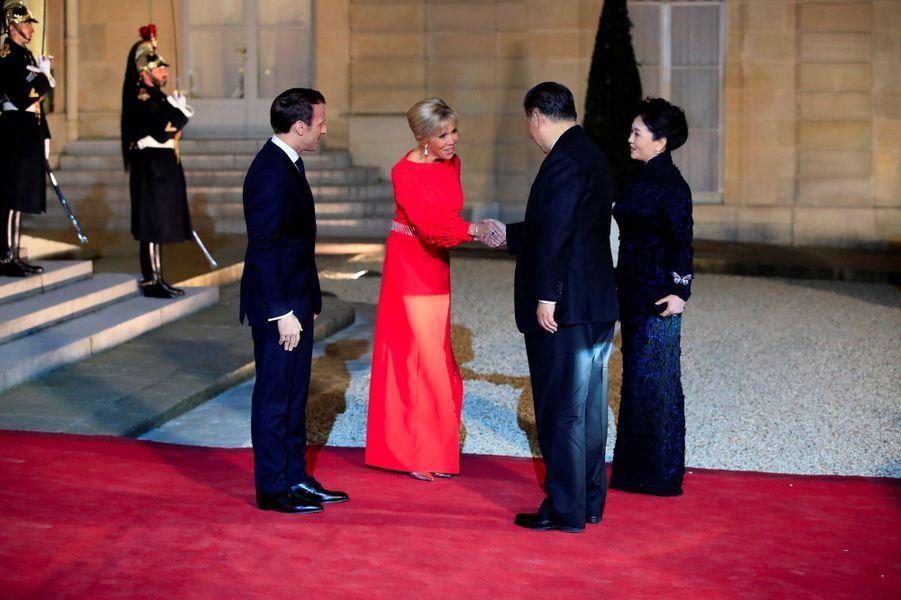 Après l'arrivée des invités, Emmanuel et Brigitte Macron accueillent le couple présidentiel chinois, lundi soir à l'Elysée.