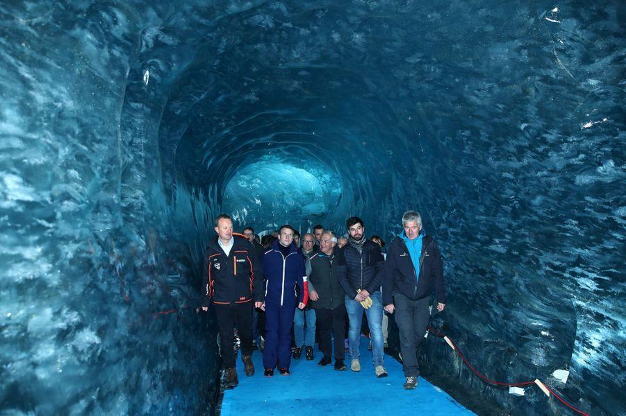 Emmanuel Macron s'est également rendu dans la grotte de glace, tunnel bleuté creusé dans le glacier.