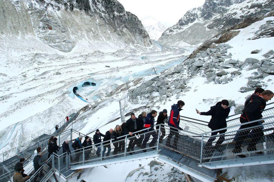 EmmanuelMacrona longuement parcouru une Mer de Glace privée de neige cette année.