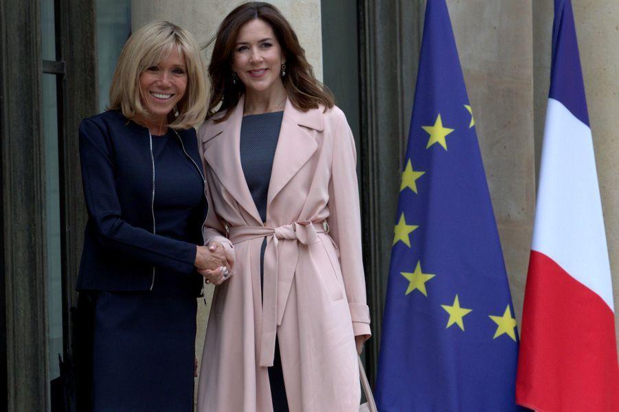 Brigitte Macron et la Princesse Mary du Danemark mardi à l'Elysée.