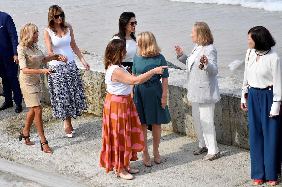 Brigitte Macron et les conjointes des participants au G7 se sont retrouvées lundi matin sur la Plage de la Côte des Basques, à Biarritz, pour assiter à des démonstrations de surf et de sauvetage côtier.