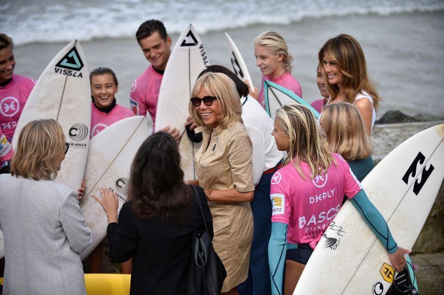 Brigitte Macron et les conjointes des participants au G7 ont assisté à des démonstrations de surf et de sauvetage côtier.