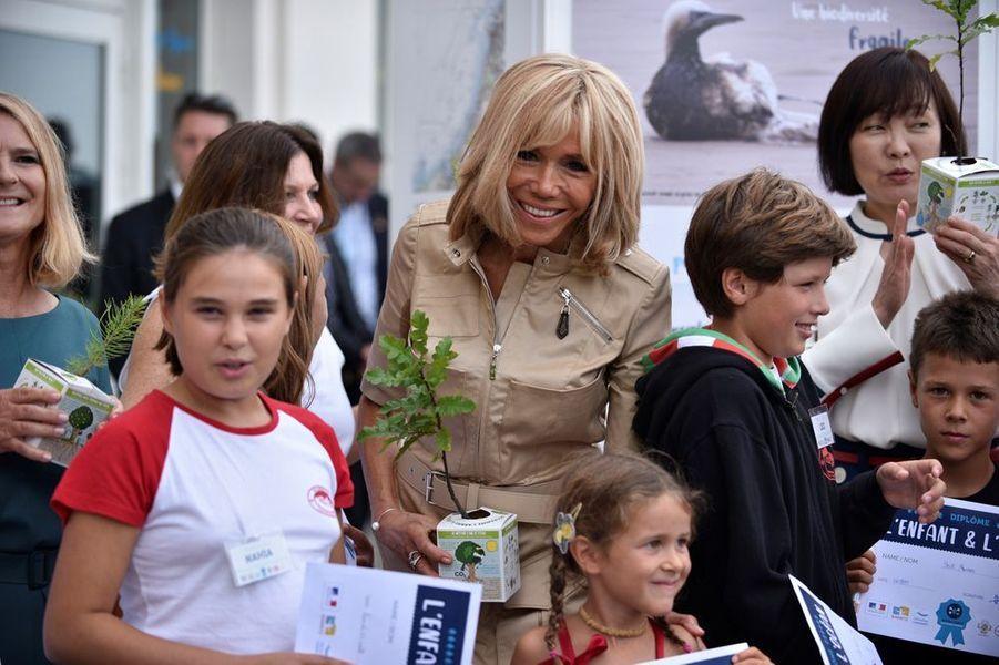 Des jeunes Biarrotsont remis un petit arbre à chaque Première dame.
