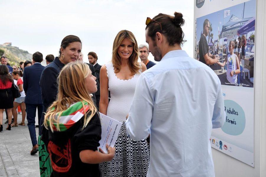Brigitte Macron et les conjointes des participants au G7ont écouté des enfants leur expliquer la nécessité de préserver l'océan et la ressource en eau en général.