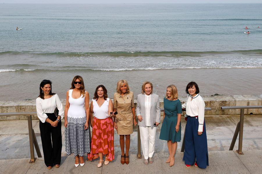 Adele Malpass, Melania Trump, Jenny Morrison, Brigitte Macron,Cecilia Morel,Malgorzata Tusk etAkie Abe lundi à Biarritz.