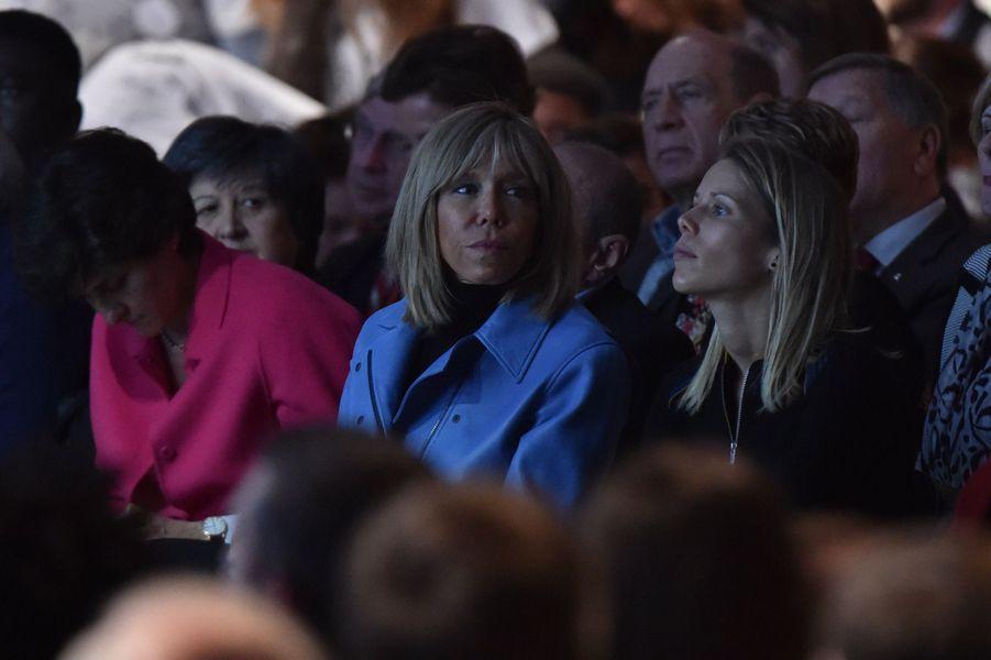 Brigitte Macron et sa fille Tiphaine lors du grand meeting parisien de la porte de Versailles, le 10 décembre 2016.