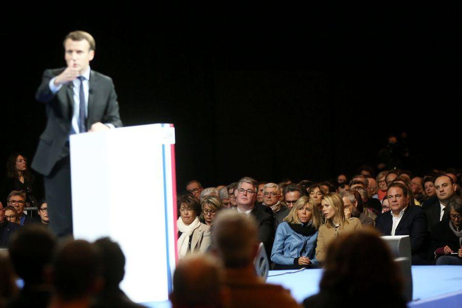 Brigitte Macron et sa fille Tiphaine Auzière, lors du meeting d'Emmanuel Macron à Lille, le 14 janvier.
