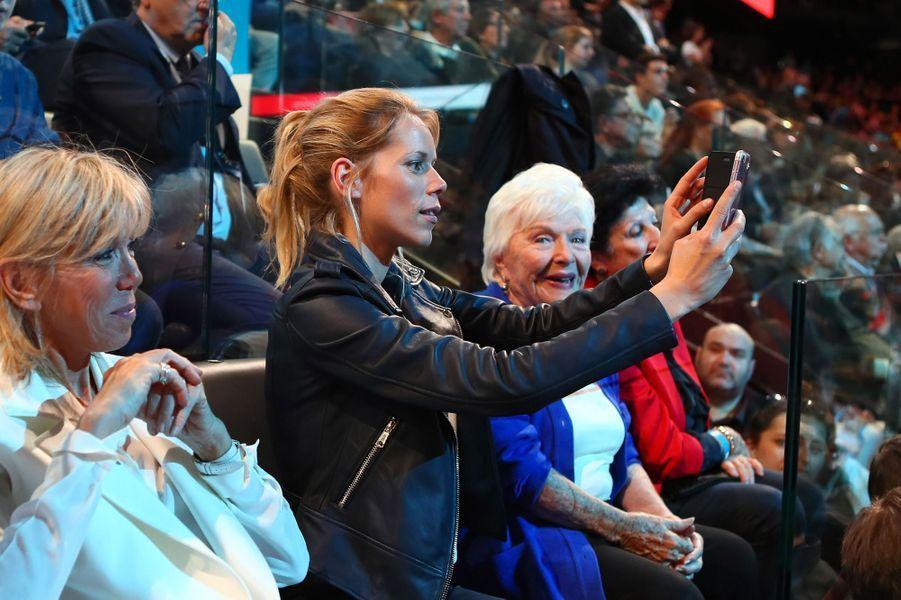 Brigitte Macron, Tiphaine Auzière et Line Renaud au meeting de Bercy du 17 avril.