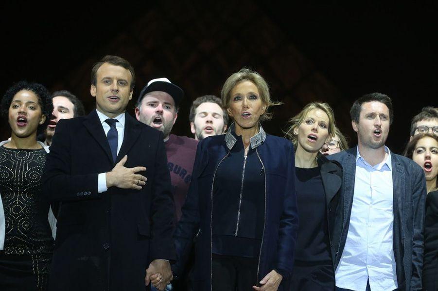 Dimanche 7 mai au Louvre, Tiphaine Auzière et son compagnon Antoine (à droite) sont sur scène aux côtés d'Emmanuel et Brigitte Macron.