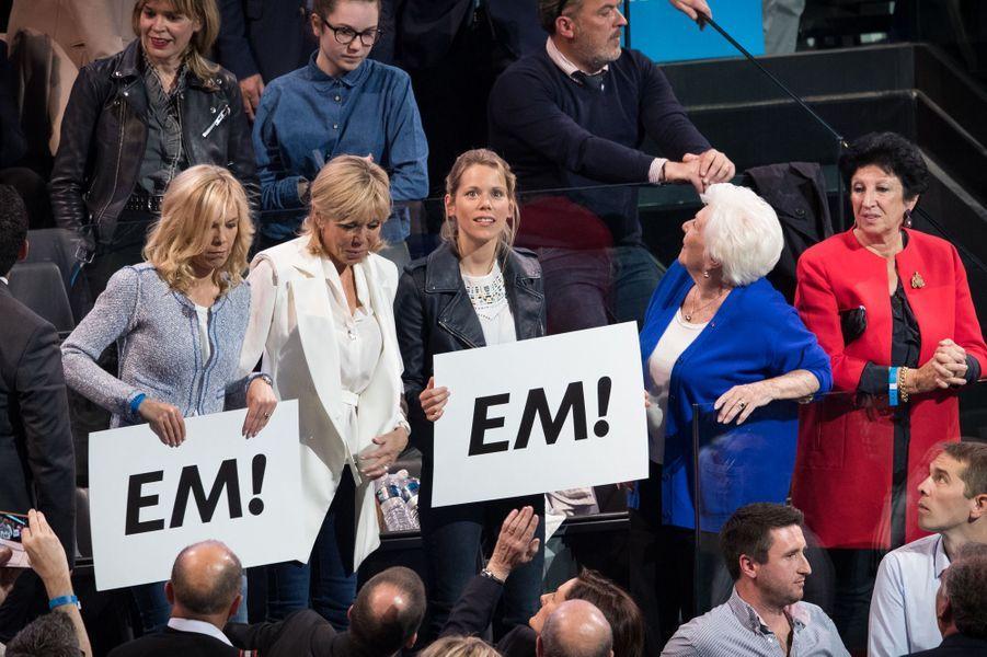 Tiphaine Auzière (en veste en cuir), le 17 avril au meeting de Bercy avec sa soeur Laurence, sa mère Brigitte, Line Renaud et Françoise, la mère d'Emmanuel Macron (en rouge).