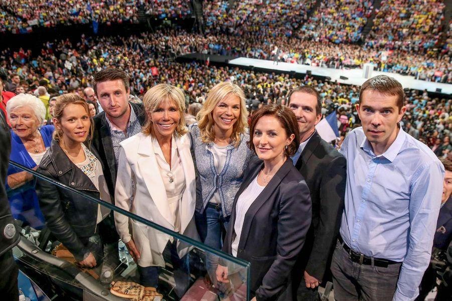 De gauche à droite : Line Renaud, Tiphaine Auzière, son mari Antoine, Brigitte Macron, Laurence Auzière-Jourdan, son époux Guillaume, Sébastien Auzière et son épouse Christelle, réunis le 17 avril au meeting de Bercy.
