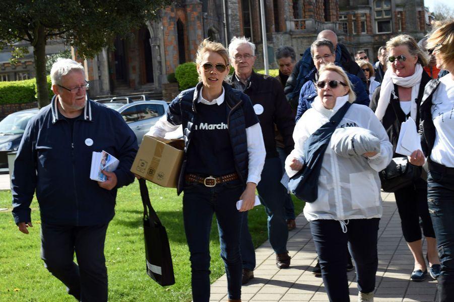 Tiphaine Auziere avec l'équipe d'En Marche! dans les rues du Touquet, le 6 avril 2017 pour le premier anniversaire du mouvement crée par Emmanuel Macron.
