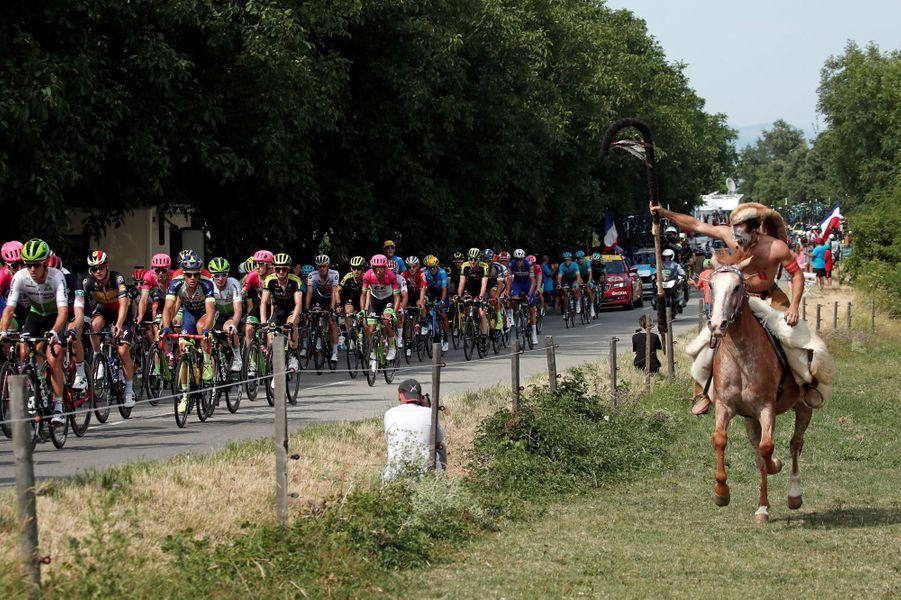 Un fan à cheval accueille le peloton sur l'étapereliant Bourg d'Oisans à Valence.
