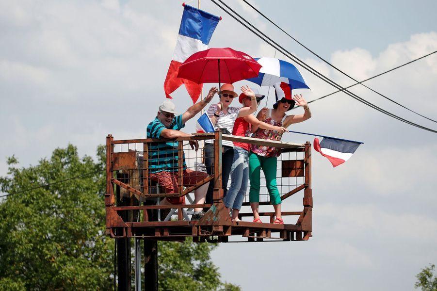 Des spectateurs lors de l'étape reliantFougères à Chartres, le 13 juillet.